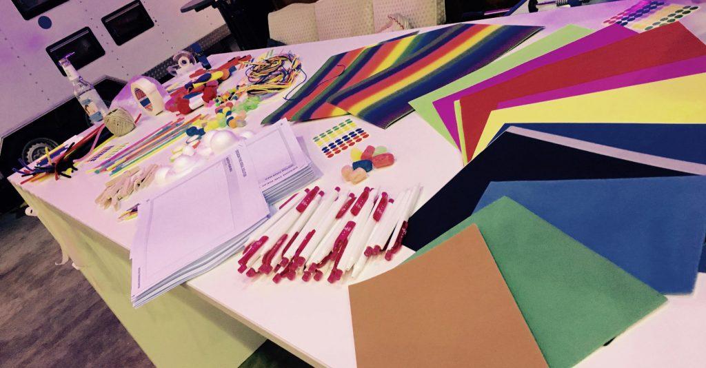 Design Thinking Workshop Materialien auf einem Tisch