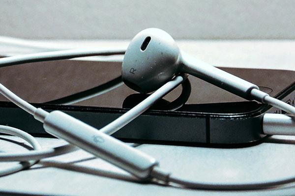 Kopfhörer auf einem Smartphone