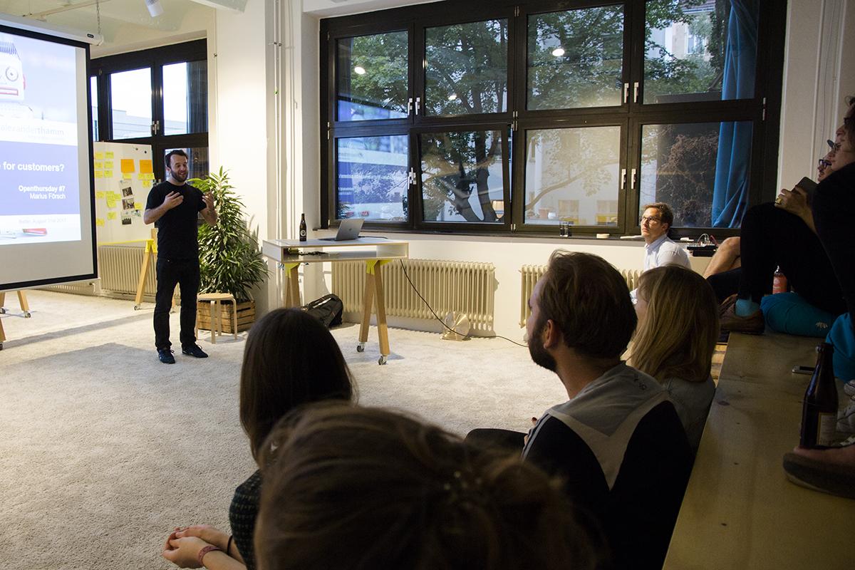 Leute hören einem Speaker bei einem Design Thinkin Workshop zu