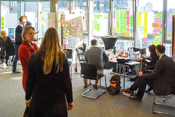 Teilnehmer eines Design Thinking Workshops arbeiten